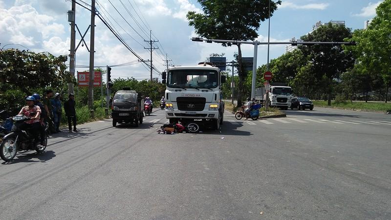 Xe máy chở 3 va chạm xe bồn, 2 người bị cuốn vào gầm - ảnh 1