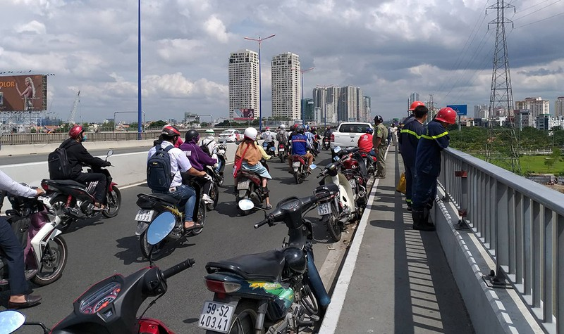 Cảnh sát tìm kiếm người đàn ông bỏ lại xe máy nhảy xuống cầu Sài Gòn.