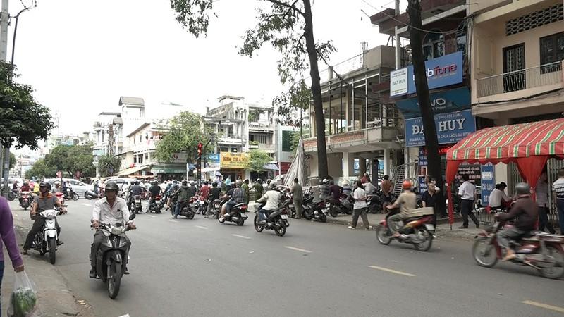 Công trình đang sửa chữa ở góc đường Hàn Hải Nguyên - Minh Phụng bất ngờ đổ sập đè trúng 2 công nhân.