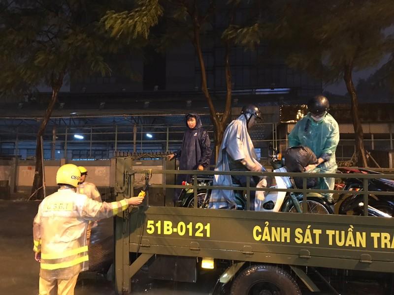 Toàn cảnh ngập của TP.HCM trong trận mưa kinh hoàng ngày 25-11 - ảnh 14