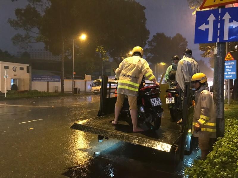 Toàn cảnh ngập của TP.HCM trong trận mưa kinh hoàng ngày 25-11 - ảnh 13