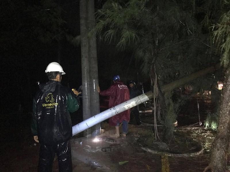 Toàn cảnh ngập của TP.HCM trong trận mưa kinh hoàng ngày 25-11 - ảnh 8
