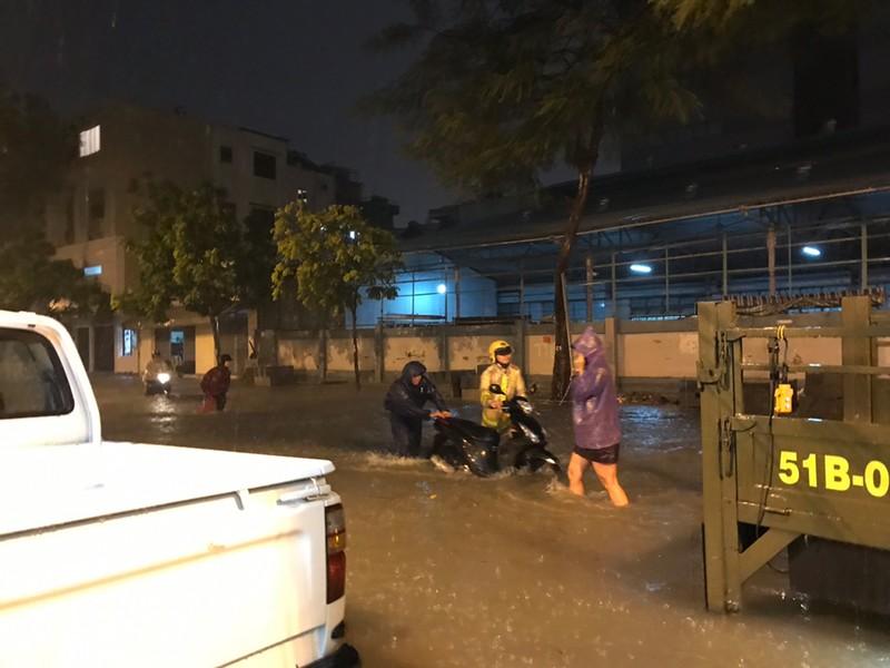 Toàn cảnh ngập của TP.HCM trong trận mưa kinh hoàng ngày 25-11 - ảnh 11