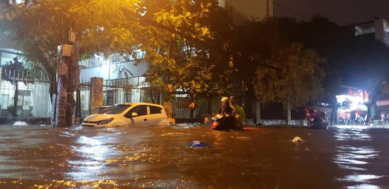 Toàn cảnh ngập của TP.HCM trong trận mưa kinh hoàng ngày 25-11 - ảnh 10