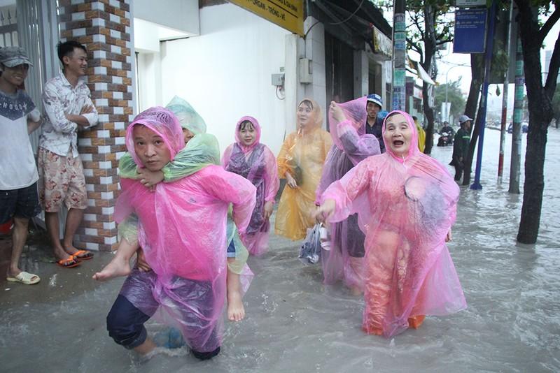 Toàn cảnh ngập của TP.HCM trong trận mưa kinh hoàng ngày 25-11 - ảnh 1