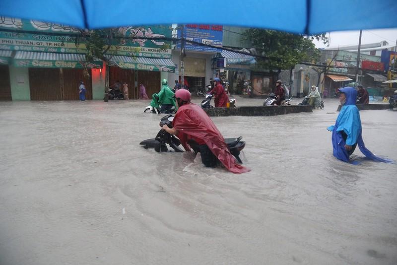 Toàn cảnh ngập của TP.HCM trong trận mưa kinh hoàng ngày 25-11 - ảnh 2