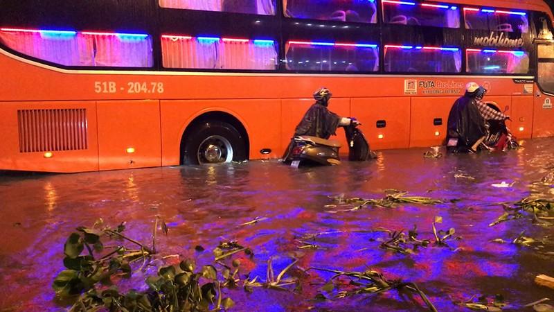 Toàn cảnh ngập của TP.HCM trong trận mưa kinh hoàng ngày 25-11 - ảnh 18