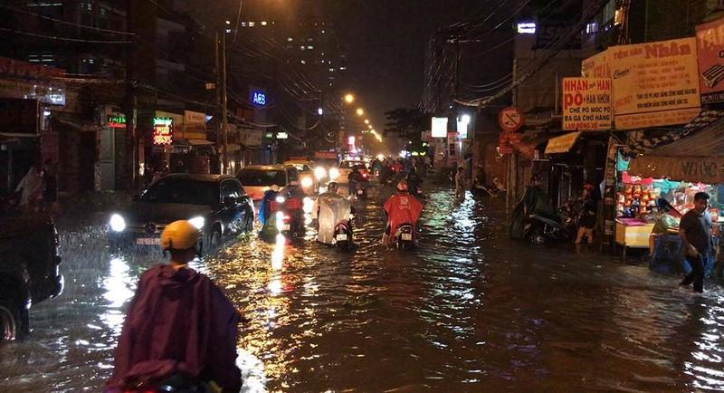 Toàn cảnh ngập của TP.HCM trong trận mưa kinh hoàng ngày 25-11 - ảnh 21
