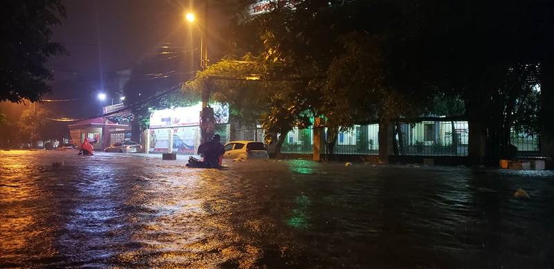 Toàn cảnh ngập của TP.HCM trong trận mưa kinh hoàng ngày 25-11 - ảnh 20