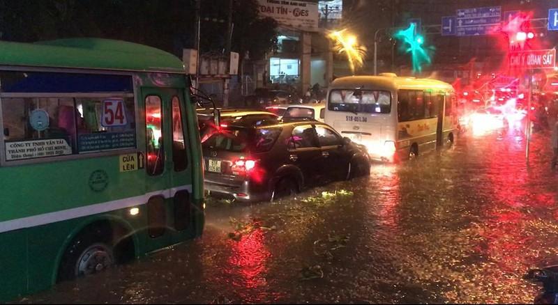 Toàn cảnh ngập của TP.HCM trong trận mưa kinh hoàng ngày 25-11 - ảnh 16