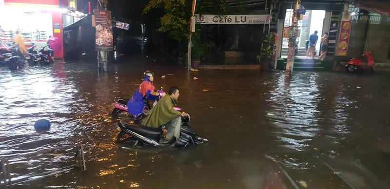 Toàn cảnh ngập của TP.HCM trong trận mưa kinh hoàng ngày 25-11 - ảnh 15