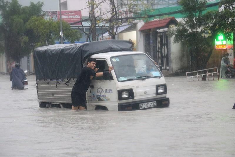 Toàn cảnh ngập của TP.HCM trong trận mưa kinh hoàng ngày 25-11 - ảnh 3