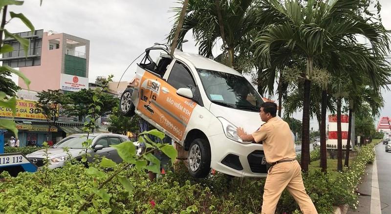 Xe tải húc văng ô tô lên dải phân cách đường Phạm Văn Đồng - ảnh 1