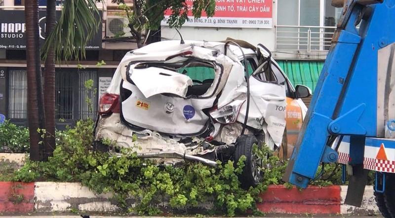 Xe tải húc văng ô tô lên dải phân cách đường Phạm Văn Đồng - ảnh 2
