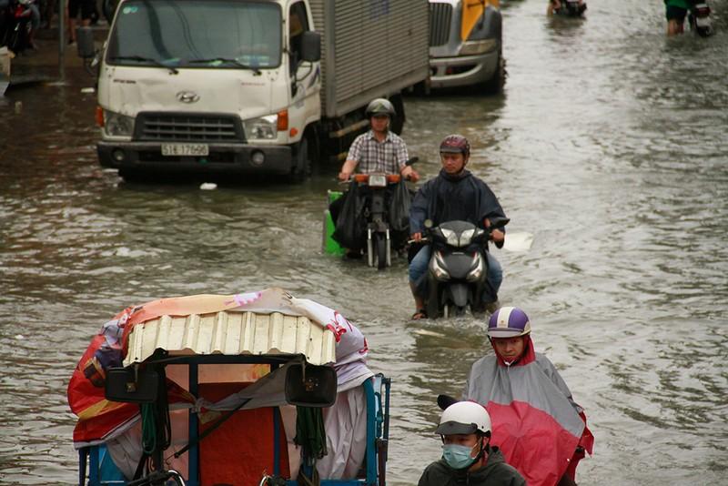 Nước chưa rút, nhiều người phải qua đêm ở ngoài đường ngập - ảnh 1