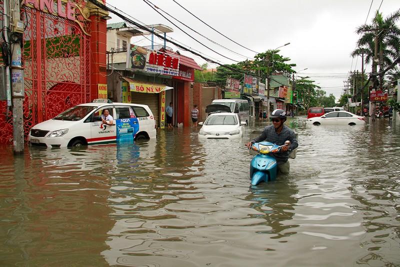 Nước chưa rút, nhiều người phải qua đêm ở ngoài đường ngập - ảnh 2