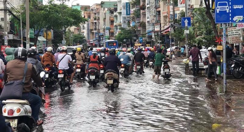 Nước chưa rút, nhiều người phải qua đêm ở ngoài đường ngập - ảnh 10