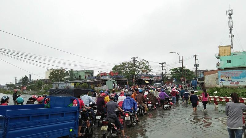 Nước chưa rút, nhiều người phải qua đêm ở ngoài đường ngập - ảnh 6