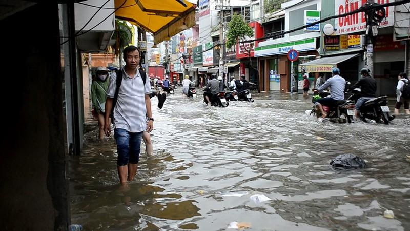 Nước chưa rút, nhiều người phải qua đêm ở ngoài đường ngập - ảnh 4
