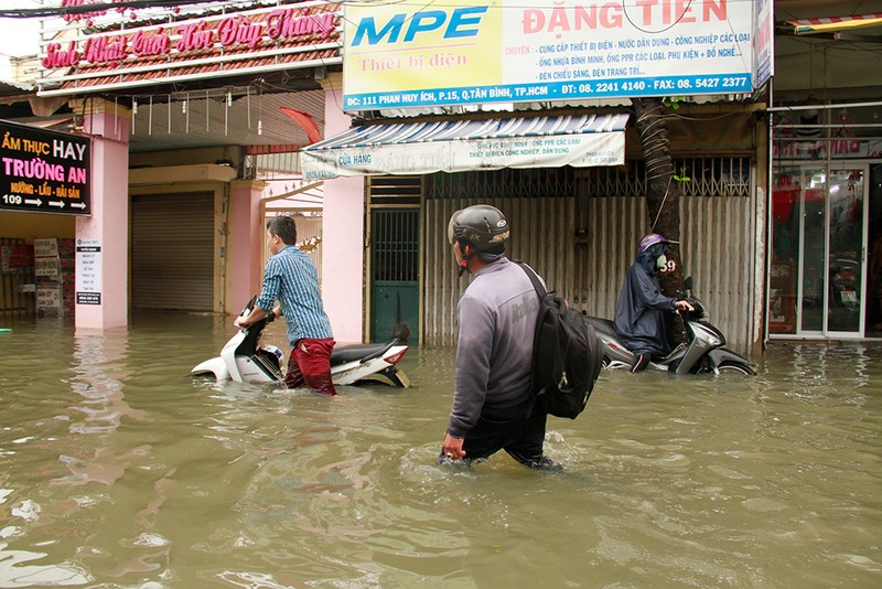 Nước chưa rút, nhiều người phải qua đêm ở ngoài đường ngập - ảnh 7
