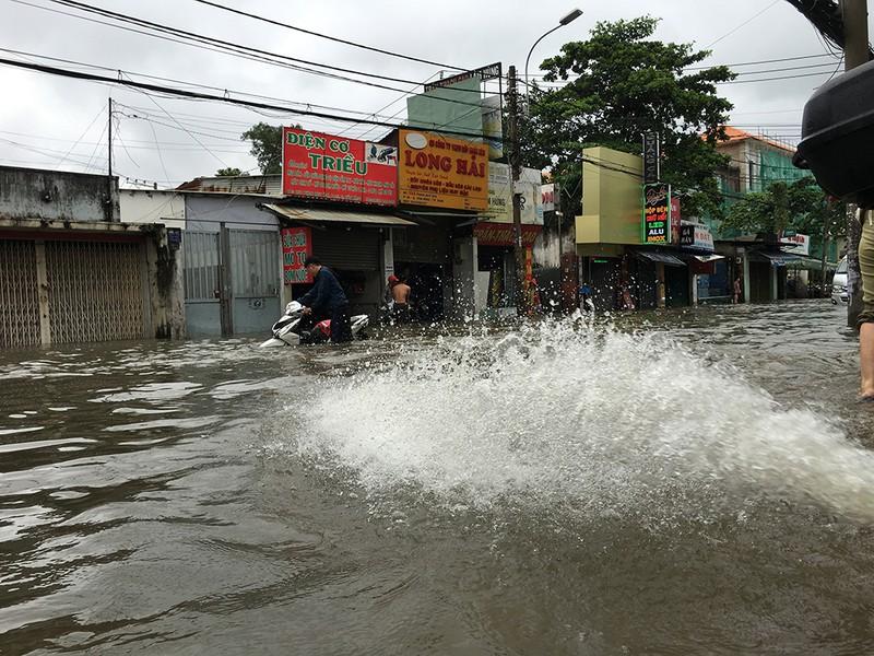 Nước chưa rút, nhiều người phải qua đêm ở ngoài đường ngập - ảnh 9