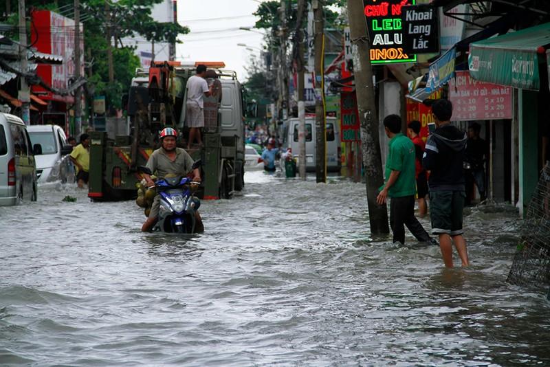 Nước chưa rút, nhiều người phải qua đêm ở ngoài đường ngập - ảnh 12