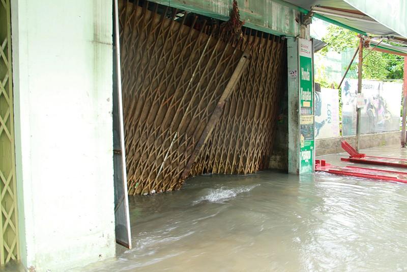 Nước chưa rút, nhiều người phải qua đêm ở ngoài đường ngập - ảnh 13