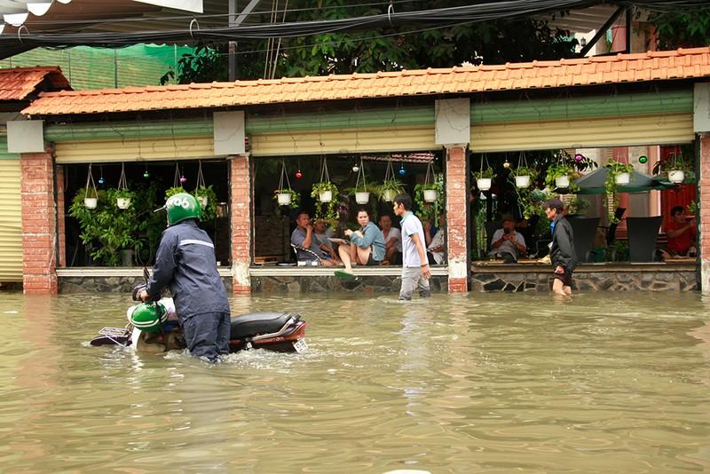 Nước chưa rút, nhiều người phải qua đêm ở ngoài đường ngập - ảnh 14