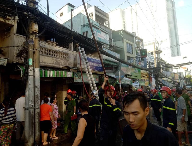 Cháy nhà ở đường Tôn Đản, lửa lan sang tiệm thuốc Tây - ảnh 1