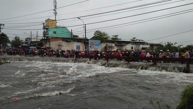 Tìm thấy xe máy của nam thanh niên bị nước cuốn ở Bình Tân - ảnh 3