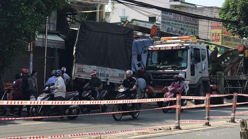 Xe tải hạng nặng nổ lốp, tông sập 2 nhà dân ở Củ Chi - ảnh 1