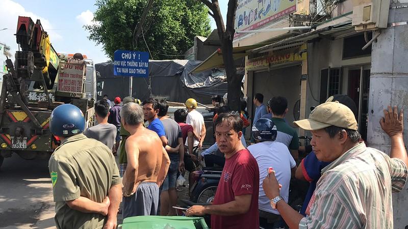 Xe tải hạng nặng nổ lốp, tông sập 2 nhà dân ở Củ Chi - ảnh 2