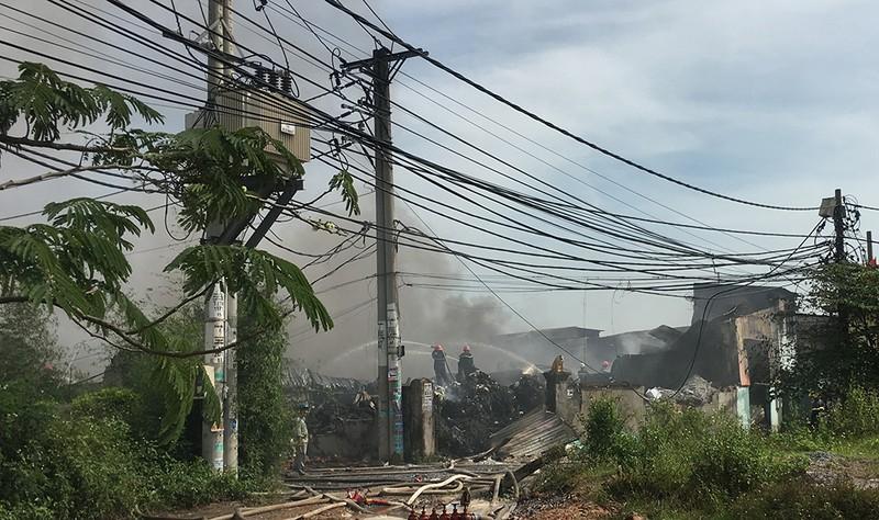 Cháy dữ dội 3 nhà xưởng ở Bình Chánh - ảnh 3