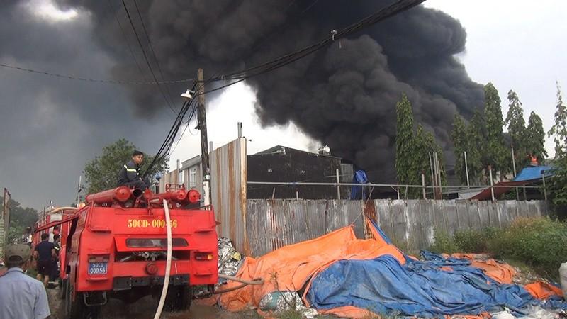 Cháy dữ dội 3 nhà xưởng ở Bình Chánh - ảnh 1