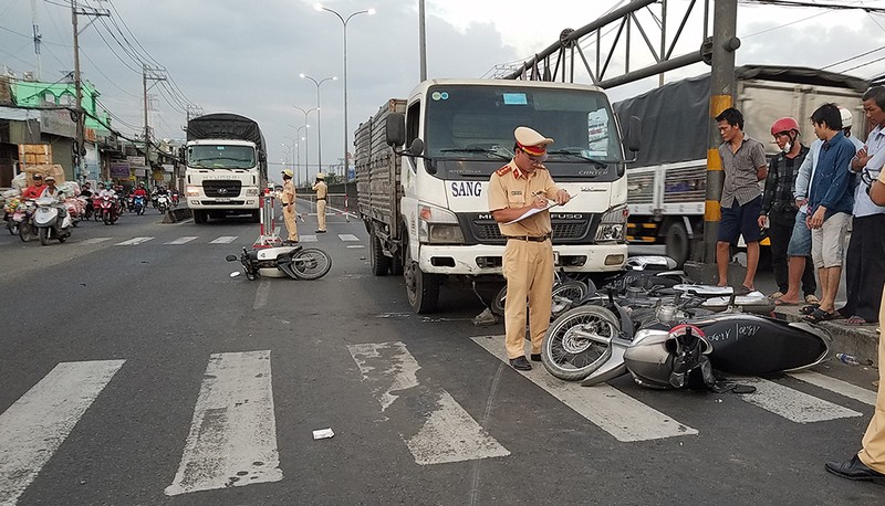 Ô tô tải húc văng nhiều xe máy tại 1 giao lộ ở Bình Tân - ảnh 2