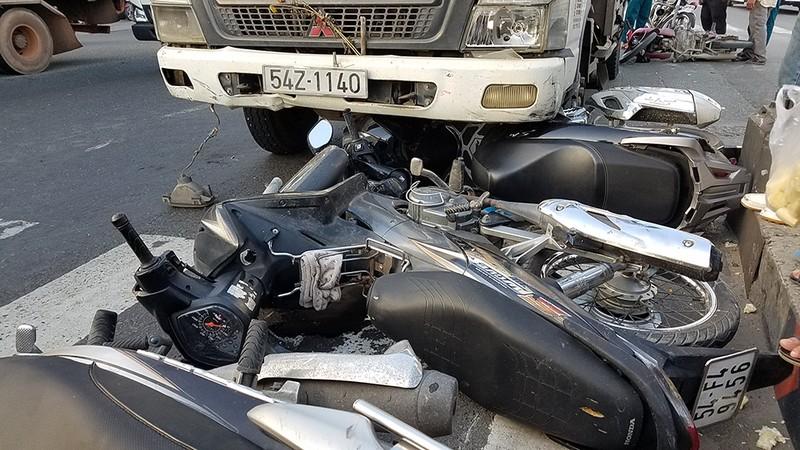Ô tô tải húc văng nhiều xe máy tại 1 giao lộ ở Bình Tân - ảnh 1
