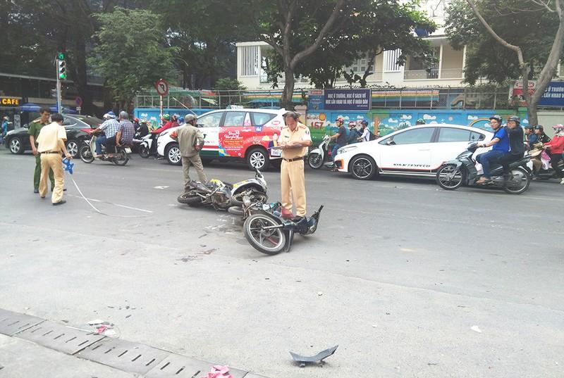 Hai xe tông nhau, cô gái trẻ gần đứt lìa bàn chân - ảnh 1