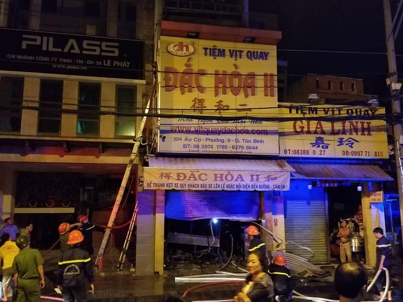 Tiệm vịt quay phát hỏa, nhiều người thoát ra từ mái nhà  - ảnh 1