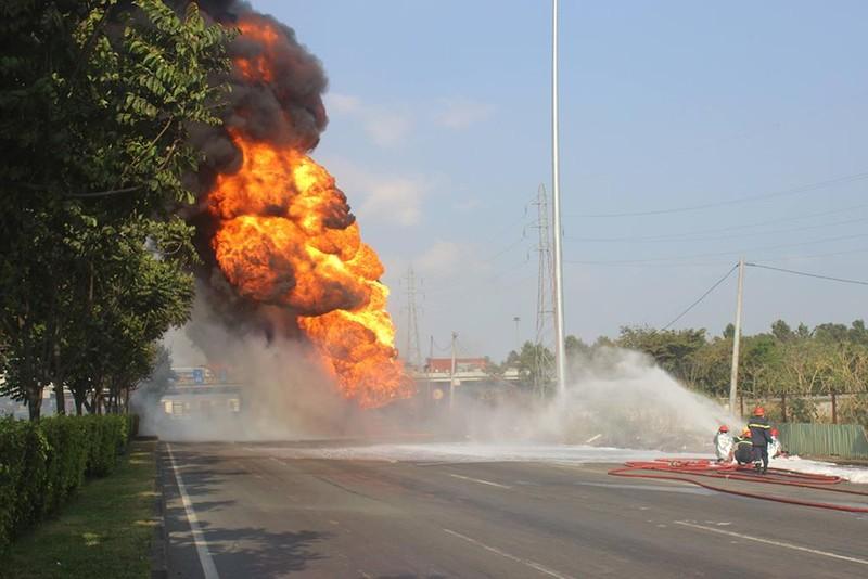 Tài xế bất lực nhìn xe bồn chở xăng bốc cháy dữ dội - ảnh 1