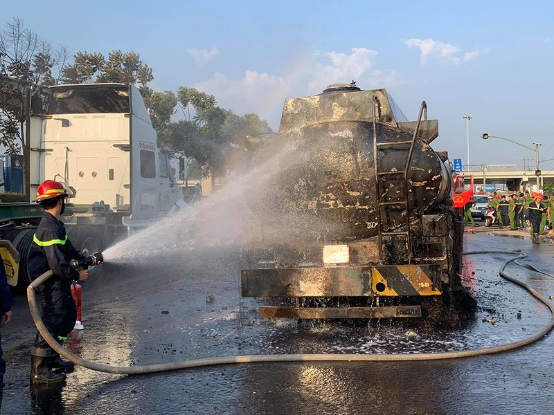 Tài xế bất lực nhìn xe bồn chở xăng bốc cháy dữ dội - ảnh 2