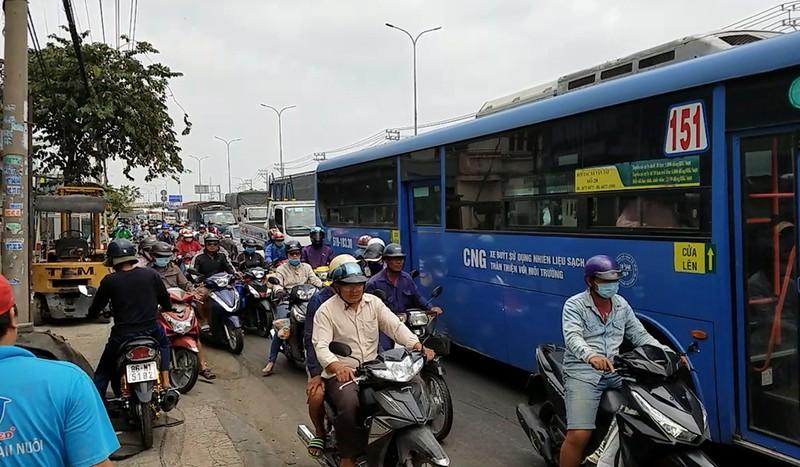 Xe tải cẩu mất thắng ở Bình Tân gây va chạm liên hoàn - ảnh 2