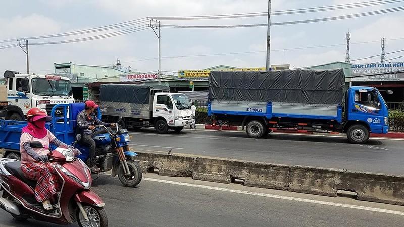 Xe tải cẩu mất thắng ở Bình Tân gây va chạm liên hoàn - ảnh 1