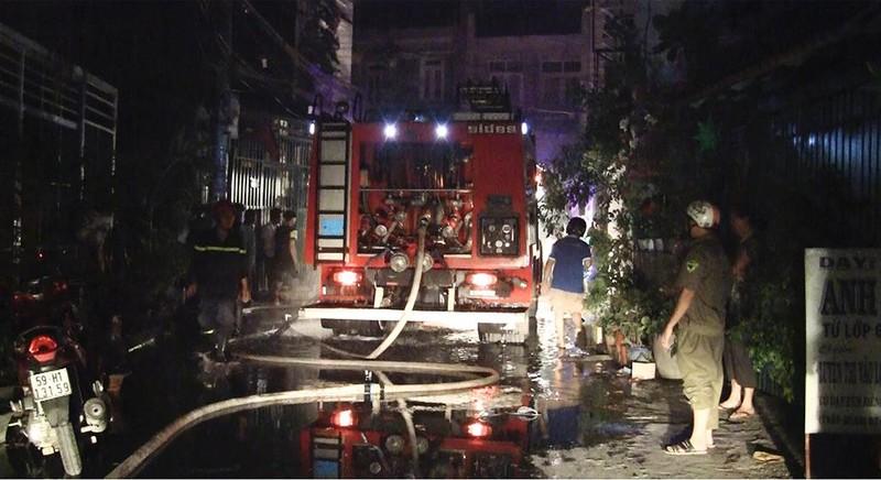 Cháy dữ dội xưởng vải ở Bình Tân  - ảnh 2