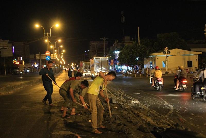 Tạm giữ xe ben sau vụ làm bùn đất rơi vãi trên đường - ảnh 3