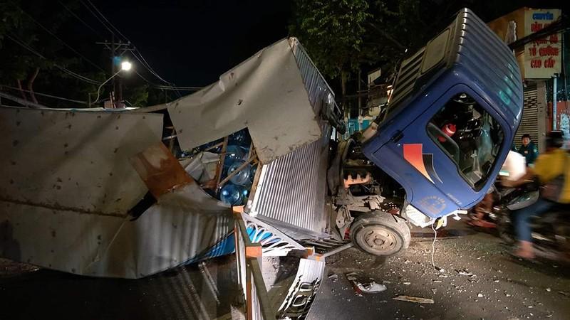 Ô tô tải chở nước lật ngang trên đường Quang Trung - ảnh 1