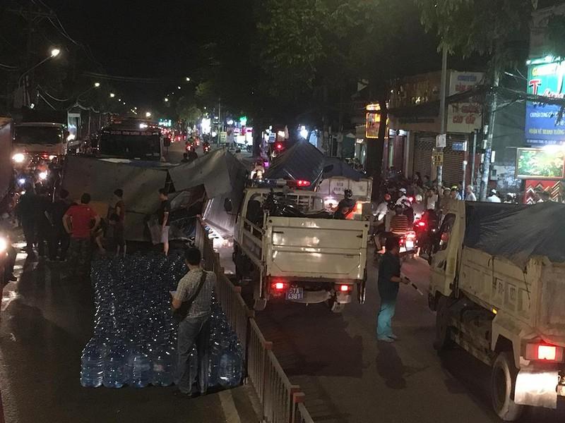 Ô tô tải chở nước lật ngang trên đường Quang Trung - ảnh 2