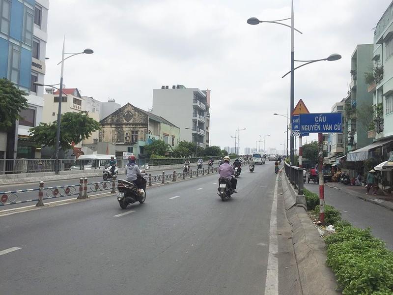 Xác định kẻ đâm nhiều người ở cầu Nguyễn Văn Cừ  - ảnh 1