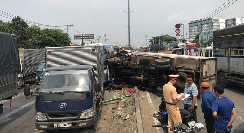 Xe tải tông dải phân cách, văng trúng ô tô khách tại quận 12 - ảnh 1
