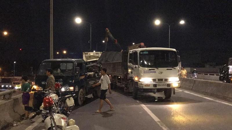 Tai nạn liên hoàn hi hữu trên cầu vượt An Sương, TP.HCM - ảnh 2