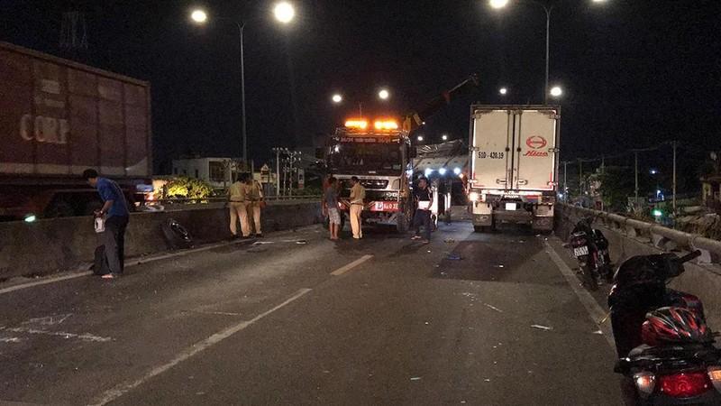 Tai nạn liên hoàn hi hữu trên cầu vượt An Sương, TP.HCM - ảnh 1
